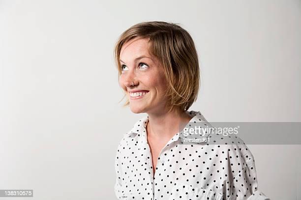 woman with facial expression against white background - guardare in su foto e immagini stock