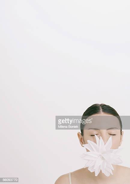woman with flower in mouth and eyes closed - cabelo partido imagens e fotografias de stock