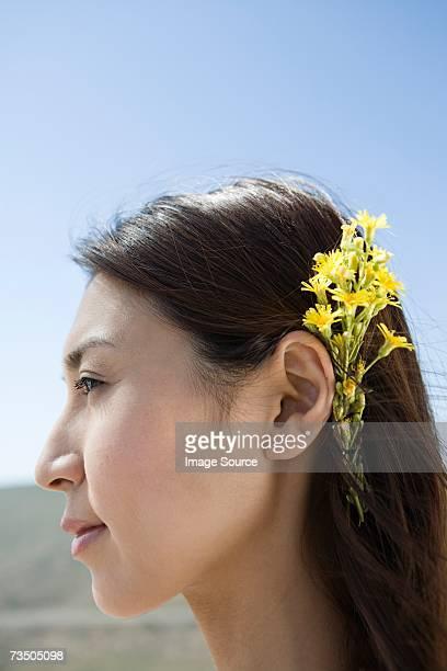 Mujer con flores en el pelo