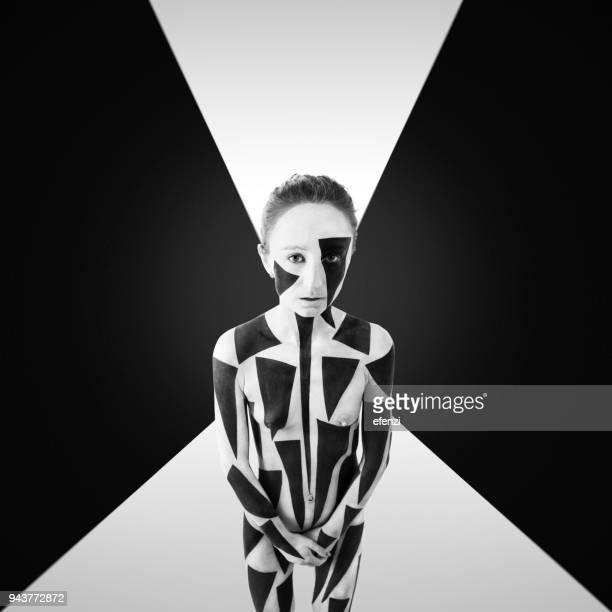 mujer con bodypainting geométrico blanco y negro - cuerpo pintado fotografías e imágenes de stock