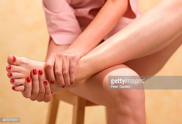 woman with gout - hallux valgus photos et images de collection