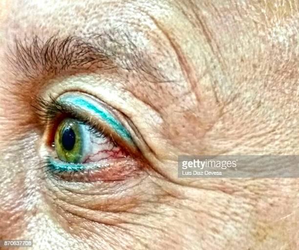 woman with green eyes - iris diaz fotografías e imágenes de stock