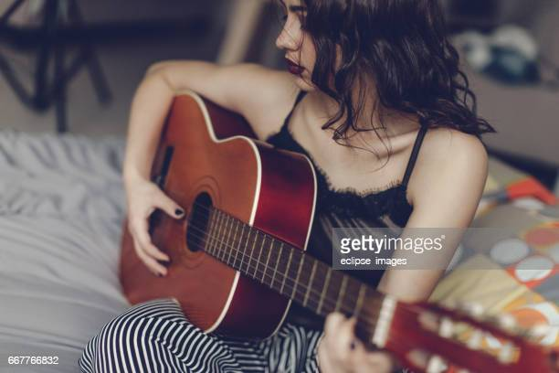 woman with guitar - entertainment occupation stock pictures, royalty-free photos & images