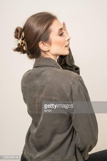 ヘアクリップを持つ女性 - バレッタ ストックフォトと画像