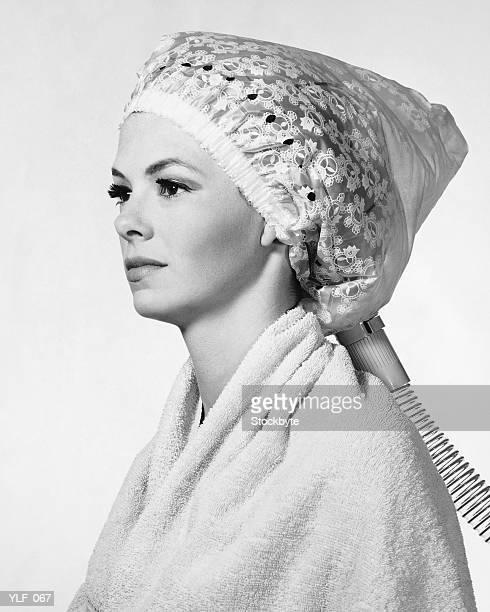 Frau mit einem Föhn auf dem Kopf