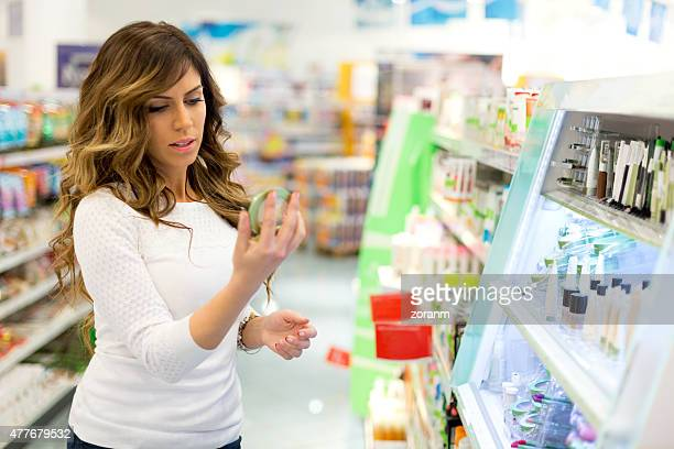 Frau mit handheld nach anwenden Lippenstift im Spiegel