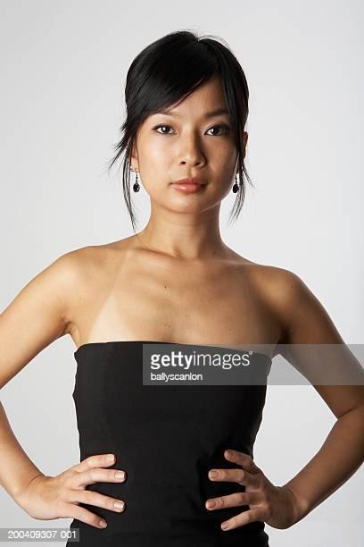 woman with hands on hips, portrait - marque de bronzage photos et images de collection