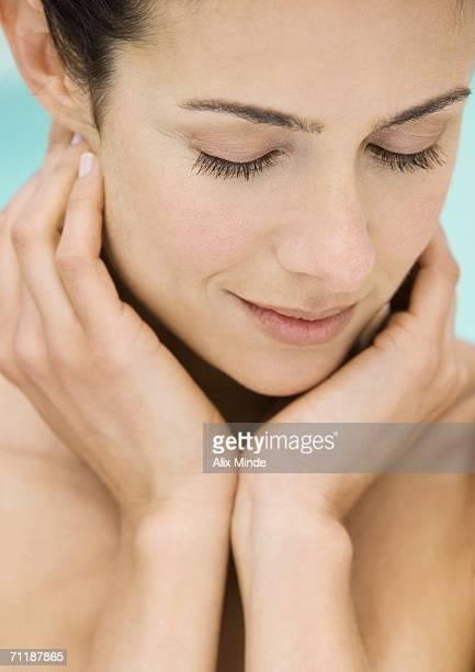 woman with hands under face, close-up - mujer desnuda naturaleza fotografías e imágenes de stock