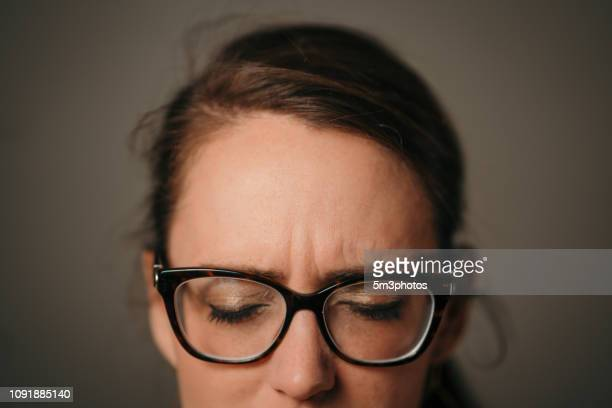 woman with headache pain - hoofdpijn stockfoto's en -beelden