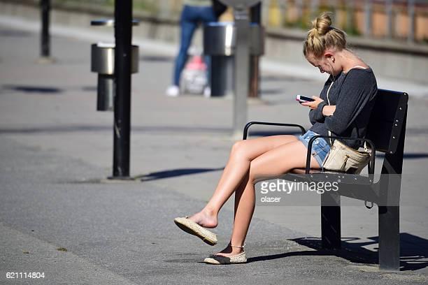 女性、ヘッドフォンや携帯電話