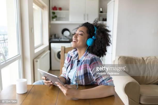 mulher com fones de ouvido se divertindo - escutando - fotografias e filmes do acervo