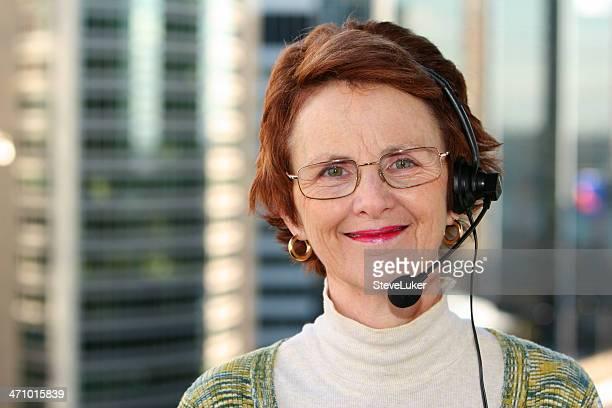 Frau mit Kopfhörer.