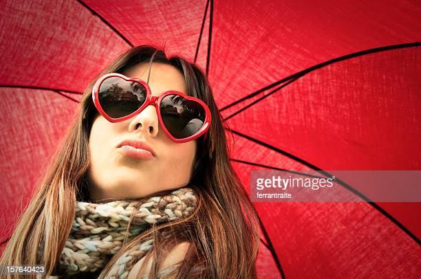 Frau mit herzförmigen Brille Einen Kuss zuwerfen