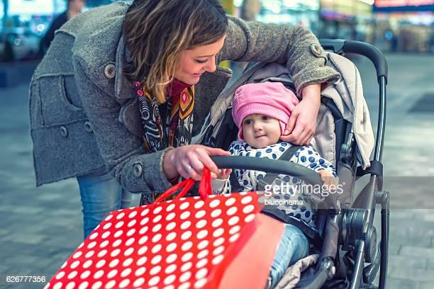 Femme avec son bébé dans un centre commercial