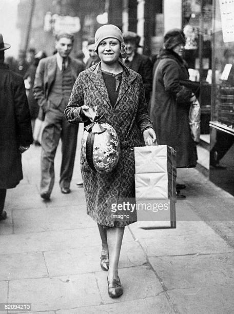 Woman with her Easter shopping London Photograph Around 1935 [Frau mit Ostereinkufen London Photographie Um 1935]