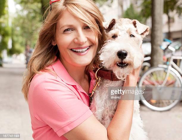 Femme avec son fox-terrier