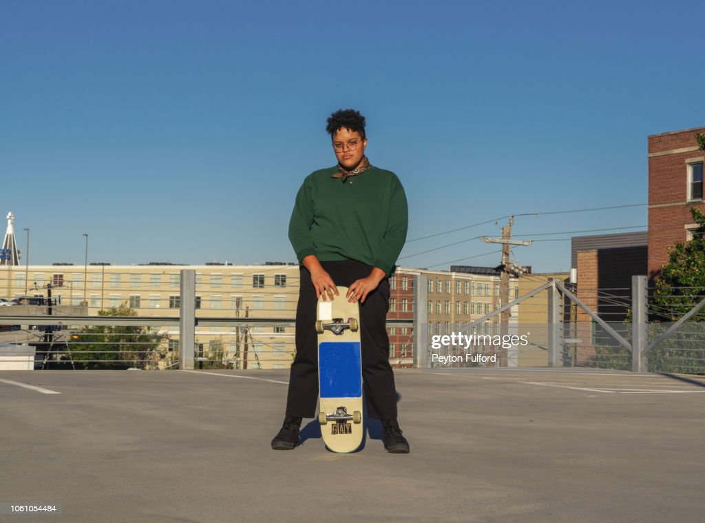 Woman with Her Skateboard : Stock-Foto