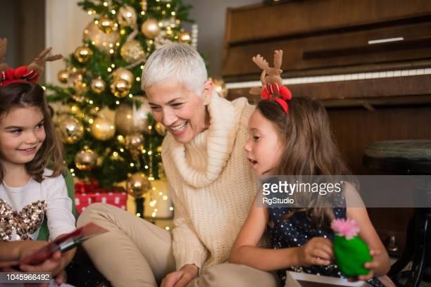 彼女の若い孫娘を持つ女性