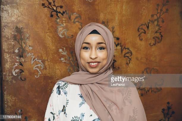 frau mit hijab-porträt - nordafrikanischer abstammung stock-fotos und bilder