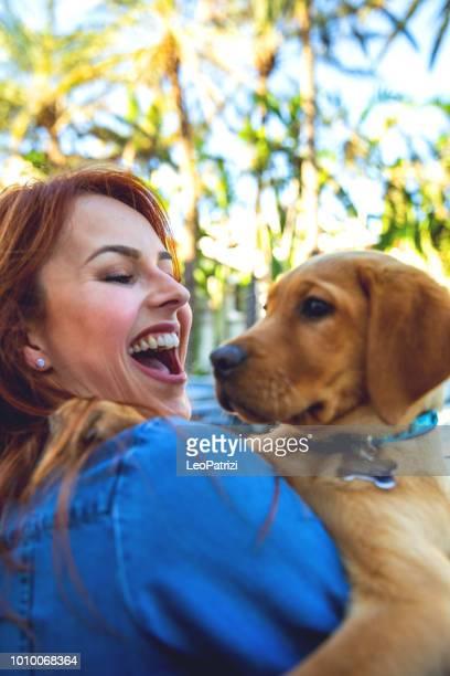 Vrouw met zijn Labrador pup tijdens een mooie dag in het park in Miami Beach
