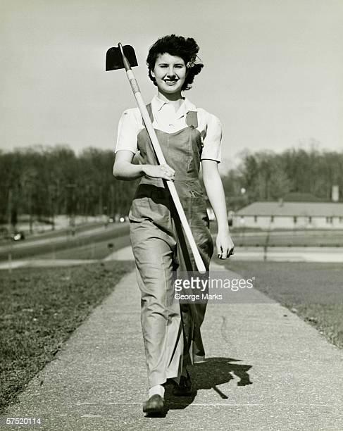 Mujer con un azadón caminando en la ruta (B & P), retrato