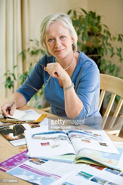Femme avec des brochures pour les fêtes de fin d'année