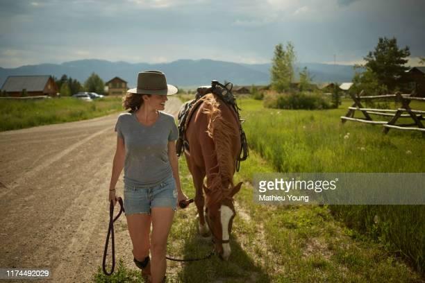 woman with horse - casa estilo rancho fotografías e imágenes de stock