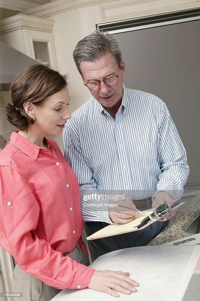 Woman with interior designer : Stockfoto