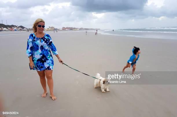 woman with kid and pet on the beach - mamífero - fotografias e filmes do acervo