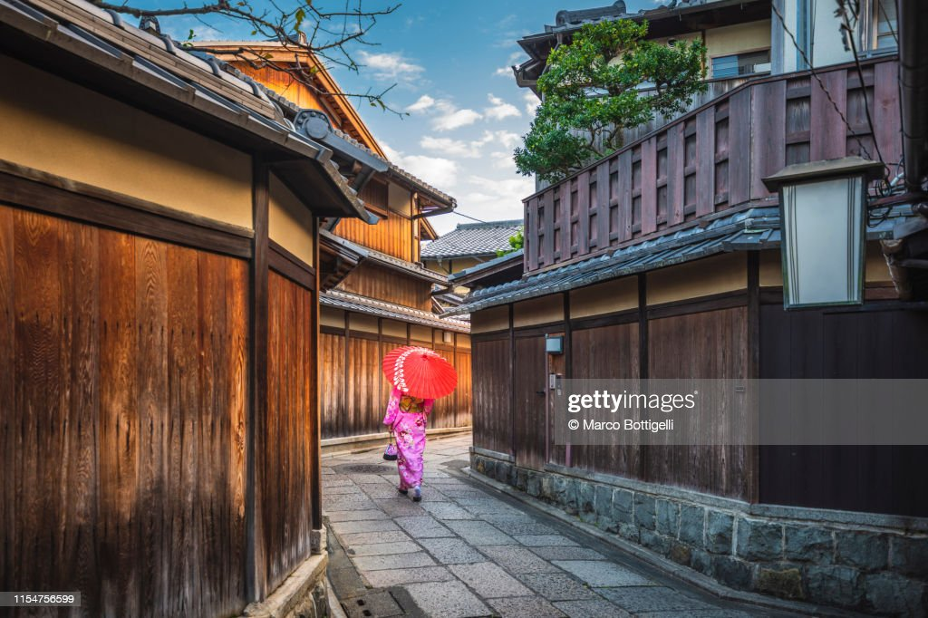 Woman with kimono walking in the old town of Kyoto, Japan : ストックフォト