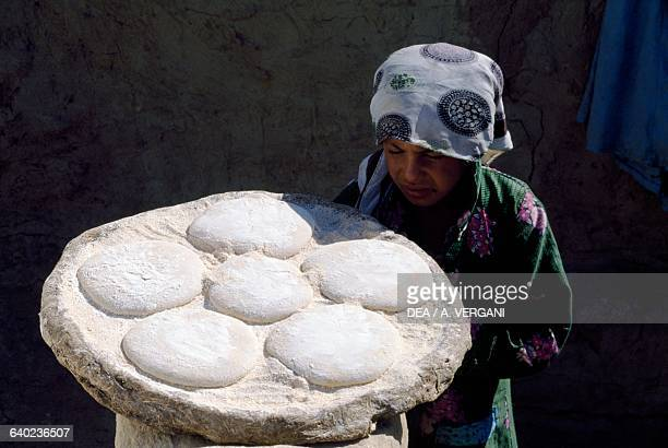 Woman with loaves of bread ready for baking, Dakhla oasis, Western Sahara, Egypt.