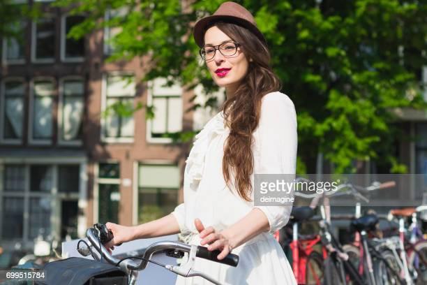Vrouw met lang haar met de fiets in Amsterdam straten
