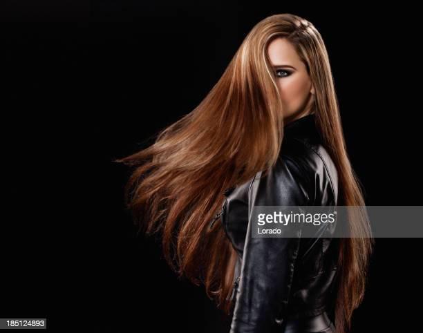 Frau mit langen Haaren drehen