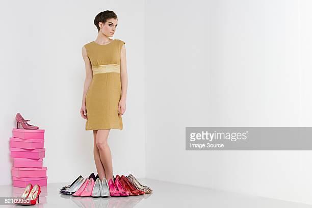 woman with lots of shoes - hoge hakken stockfoto's en -beelden