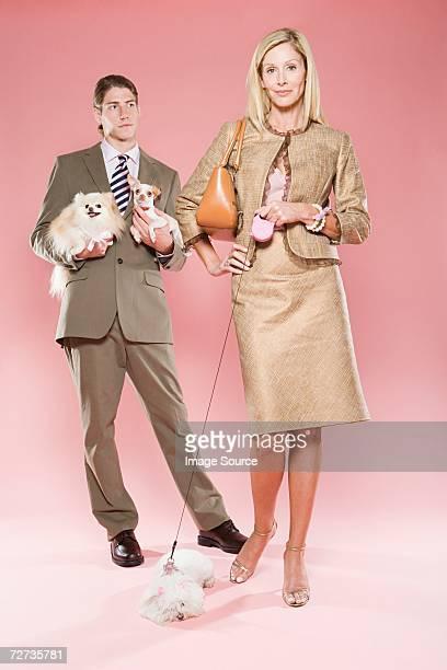 Frau mit Mann und Hunde