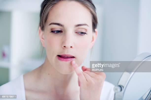 woman with mirror - herpes stockfoto's en -beelden