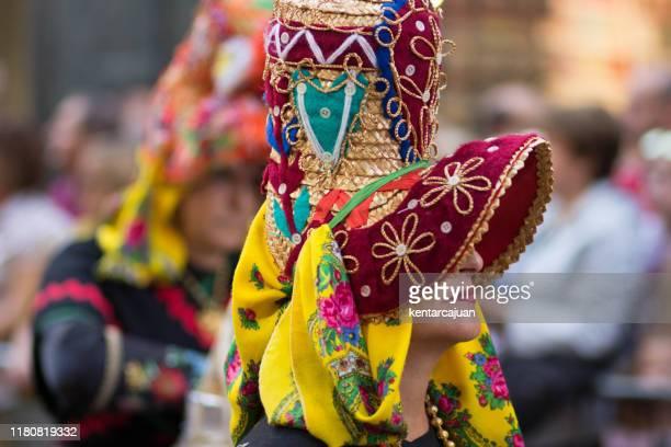 mujer con montehermoso, extremadura, sombrero tradicional. - extremadura fotografías e imágenes de stock