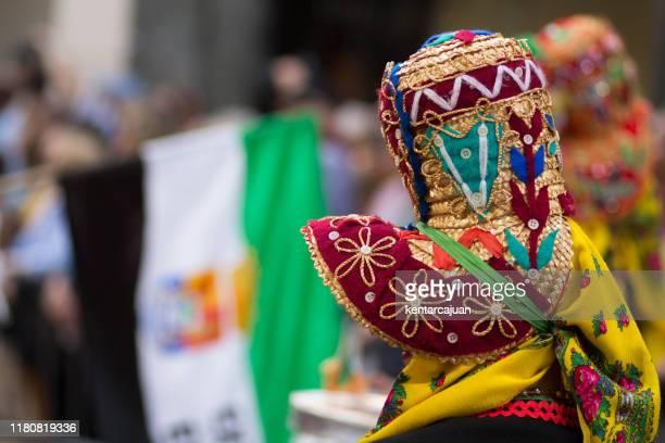 mujer con sombrero montehermoso y bandera extramadura al fondo - extremadura fotografías e imágenes de stock