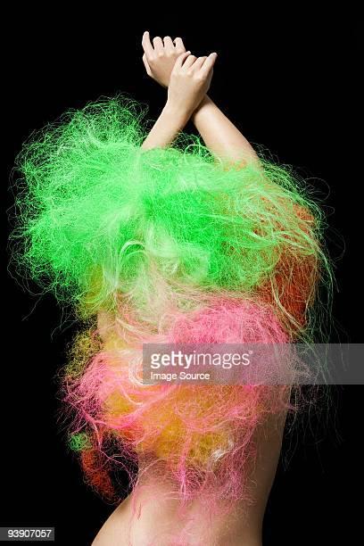 Mujer con pelo de neón
