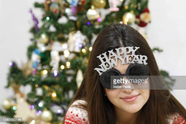 woman with new year eyeglasses. new year's eve concept - nieuwjaarsreceptie stockfoto's en -beelden