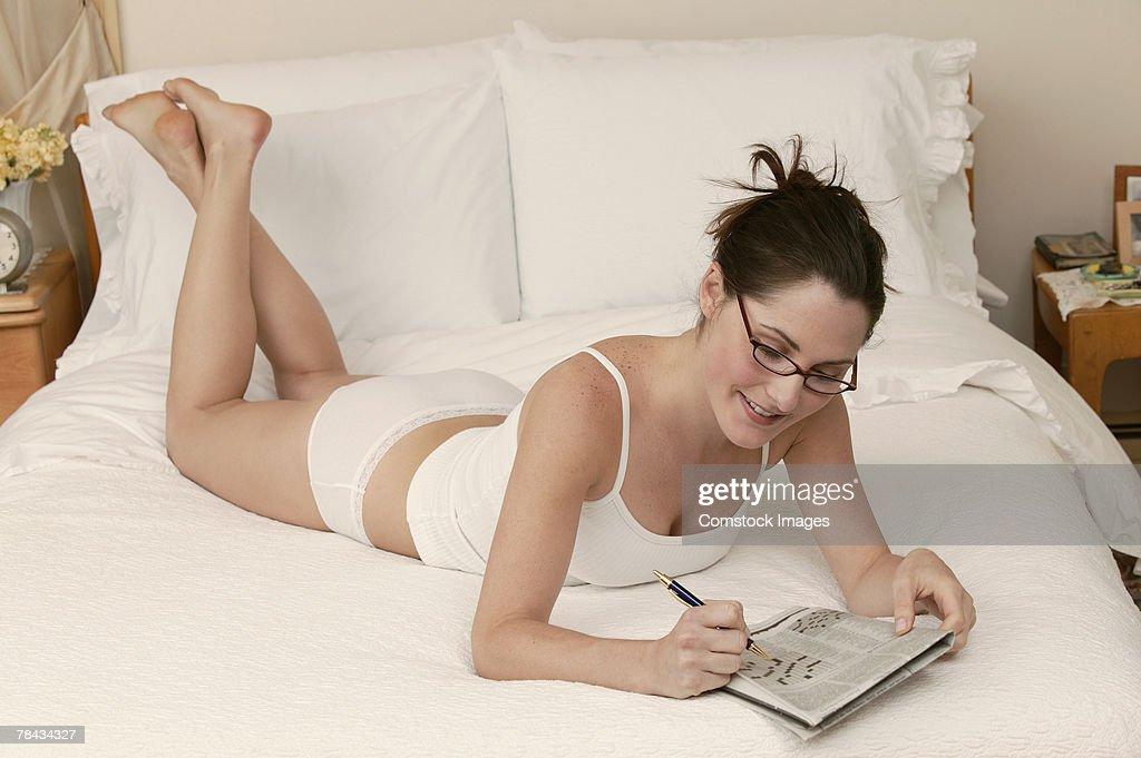 Woman with newspaper : Stockfoto