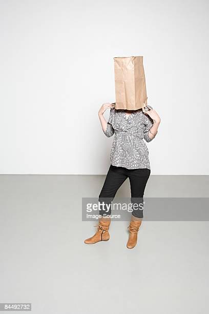woman with paper bag on her head - bedekken stockfoto's en -beelden