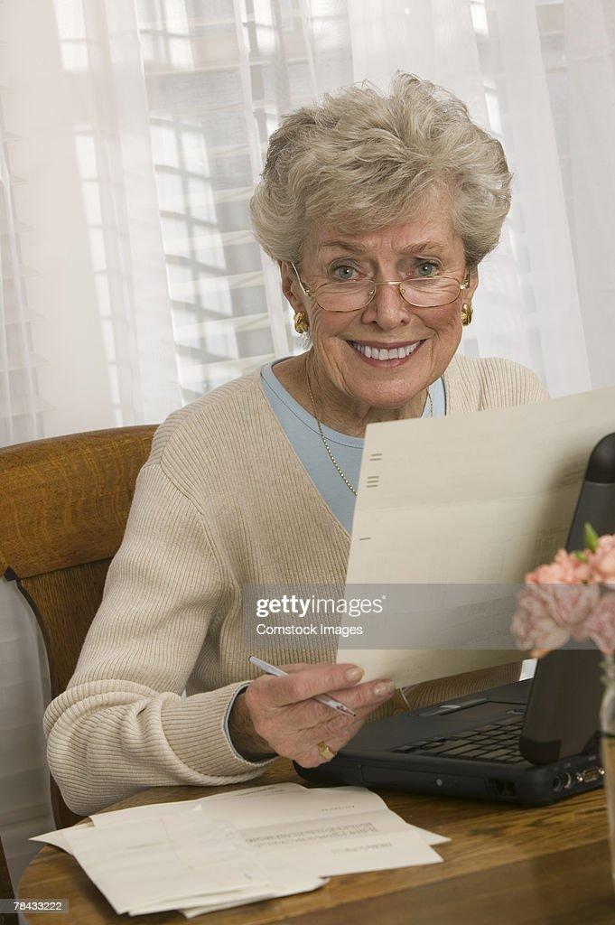 Woman with paperwork : Stockfoto