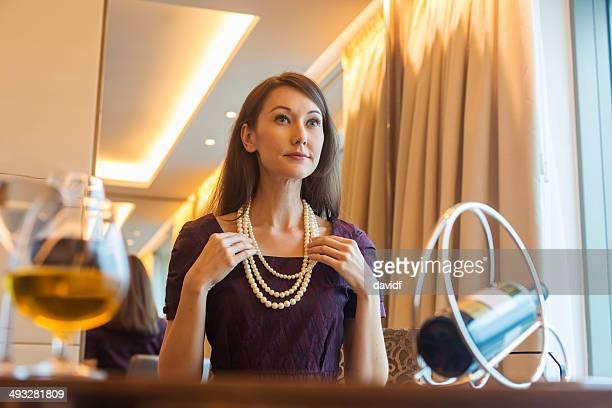 女性、パール - イブニングウェア ストックフォトと画像