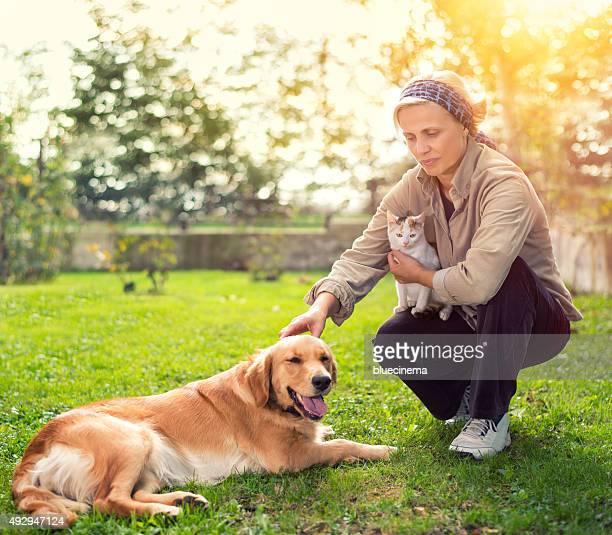 Femme de détente en plein air avec les animaux de compagnie