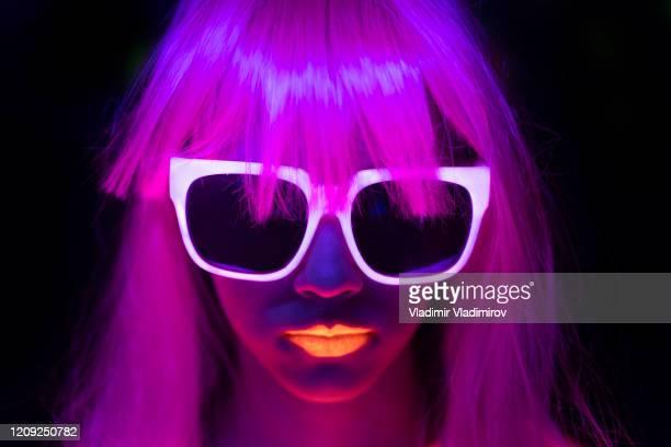 frau mit rosa gefärbten haaren, neon-make-up und sonnenbrille - aktmodell frau stock-fotos und bilder