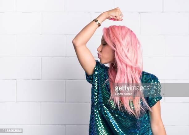woman with pink hair - igualdad de genero fotografías e imágenes de stock