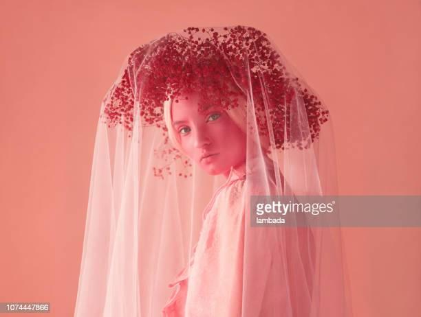 スキン ・ ピンク、ピンクの花輪と服の女性