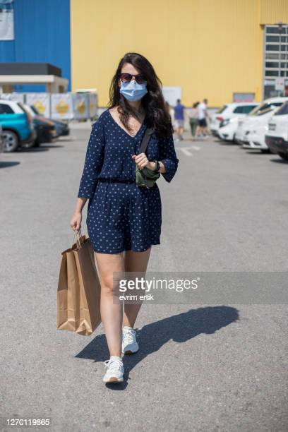 woman with protective face mask holding shopping paper bags - audience free event stock pictures, royalty-free photos & images