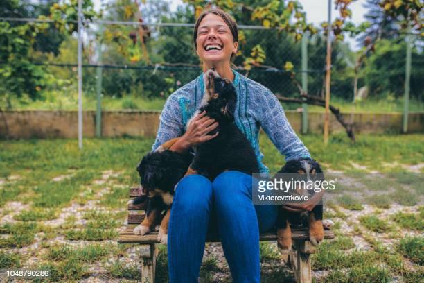 女性、puppies - 動物調教師 ストックフォトと画像
